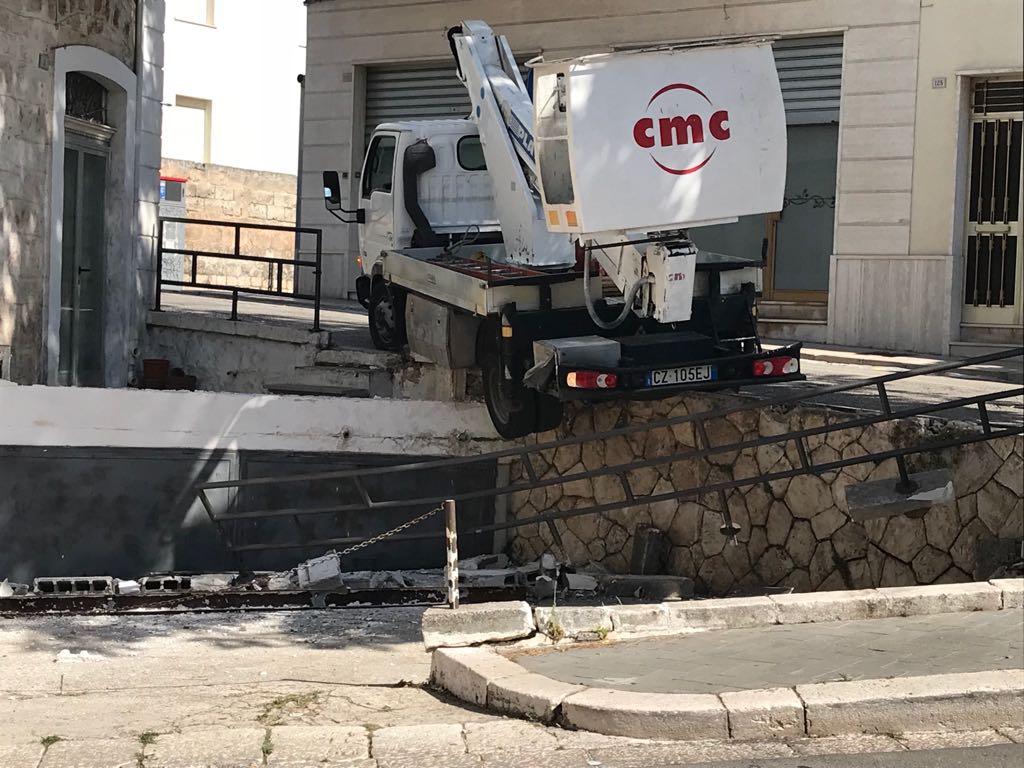 furgone sfonda la ringhiera cisternino