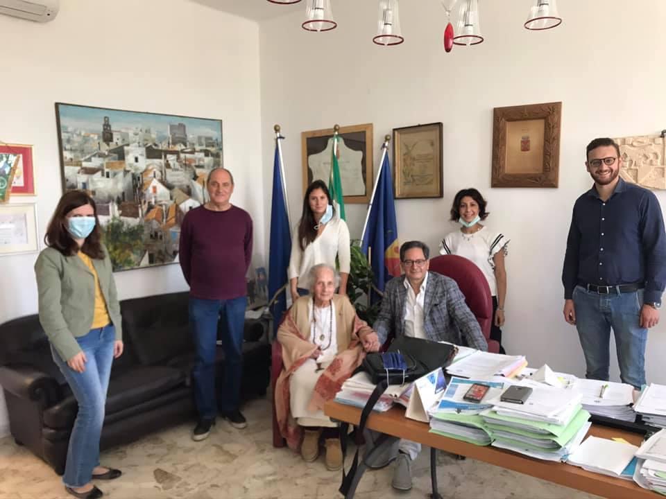 Lisetta Carmi dona foto a Cisternino