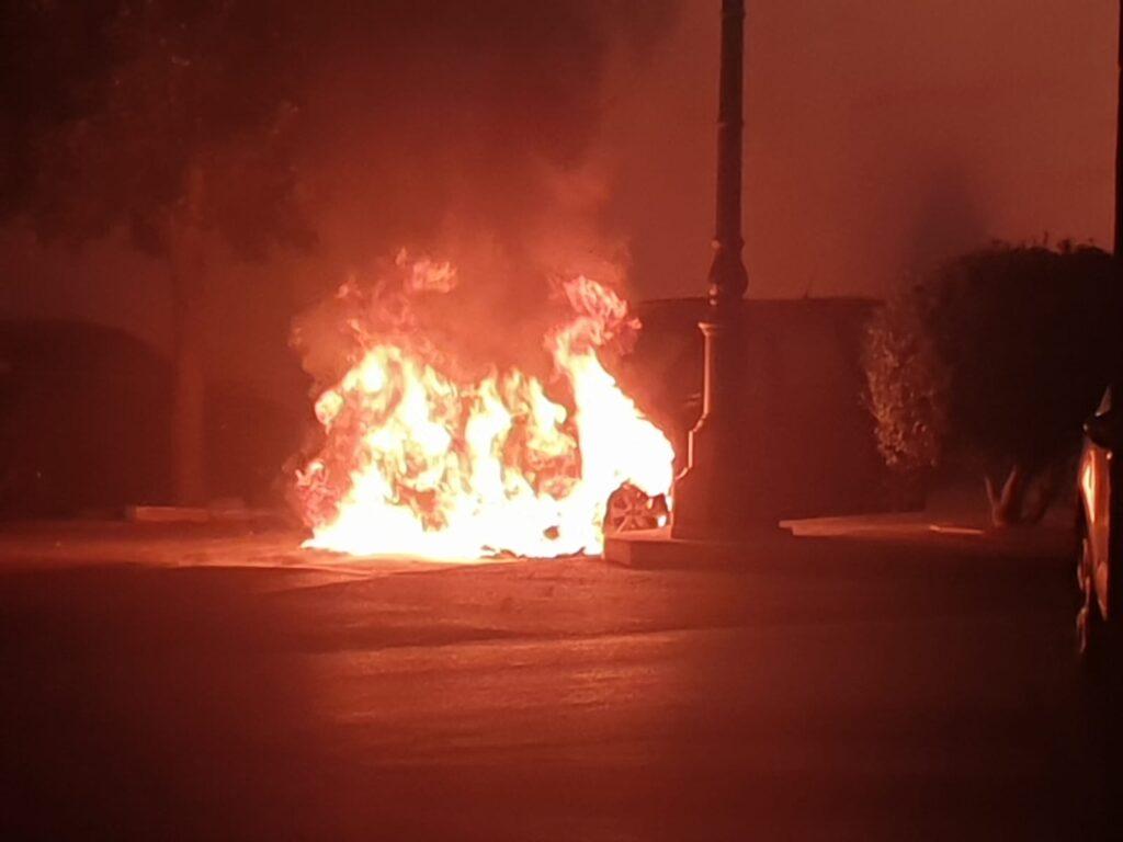 auto in fiamme sotto il Municipio